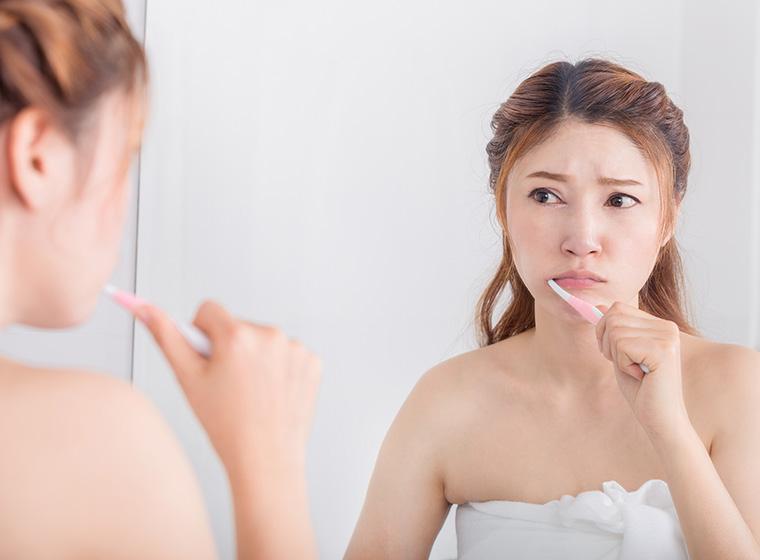 歯の着色汚れを落としたい女性